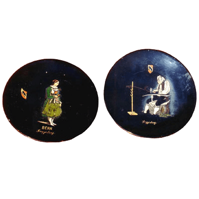 Paire d'assiettes décorées de costumes de Guggisberg