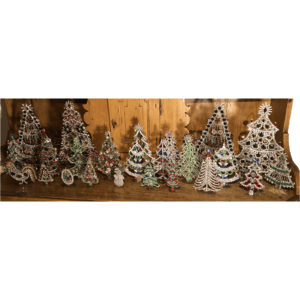 Ensemble de 26 sapins et figurines de Swarovski.